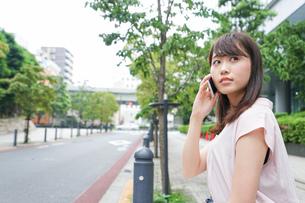 通話する女性の写真素材 [FYI04658941]
