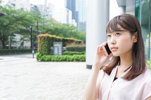 通話する女性の写真素材 [FYI04658942]