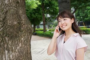 通話する女性の写真素材 [FYI04658946]