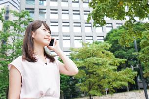通話する女性の写真素材 [FYI04658947]