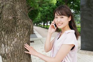 通話する女性の写真素材 [FYI04658948]