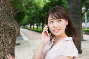 通話する女性の写真素材 [FYI04658950]