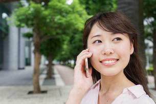 通話する女性の写真素材 [FYI04658951]