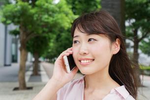 通話する女性の写真素材 [FYI04658952]