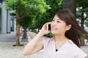 通話する女性の写真素材 [FYI04658955]
