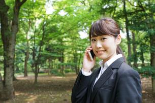 通話をするビジネスウーマン・就活生の写真素材 [FYI04658956]