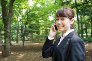 通話をするビジネスウーマン・就活生の写真素材 [FYI04658960]