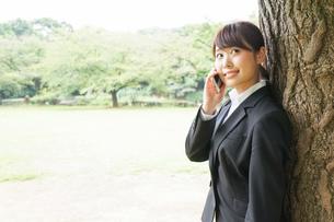 通話をするビジネスウーマン・就活生の写真素材 [FYI04658962]