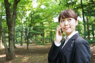 通話をするビジネスウーマン・就活生の写真素材 [FYI04658964]