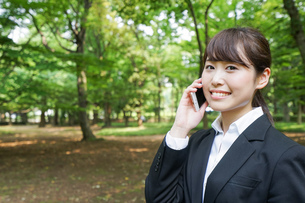 通話をするビジネスウーマン・就活生の写真素材 [FYI04658965]