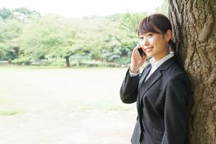 通話をするビジネスウーマン・就活生の写真素材 [FYI04658968]