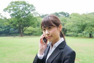 通話をするビジネスウーマン・就活生の写真素材 [FYI04658969]