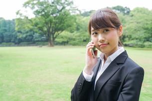 通話をするビジネスウーマン・就活生の写真素材 [FYI04658970]