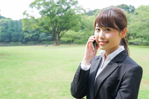 通話をするビジネスウーマン・就活生の写真素材 [FYI04658971]
