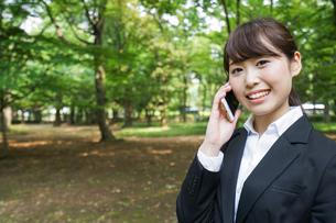 通話をするビジネスウーマン・就活生の写真素材 [FYI04658972]