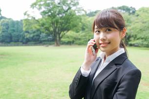 通話をするビジネスウーマン・就活生の写真素材 [FYI04658973]