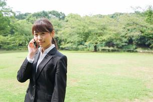 通話をするビジネスウーマン・就活生の写真素材 [FYI04658975]