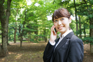 通話をするビジネスウーマン・就活生の写真素材 [FYI04658980]