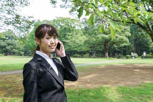 通話をするビジネスウーマン・就活生の写真素材 [FYI04658981]