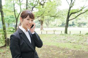 通話をするビジネスウーマン・就活生の写真素材 [FYI04658983]