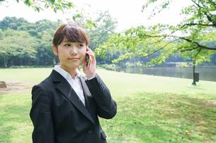 通話をするビジネスウーマン・就活生の写真素材 [FYI04658984]