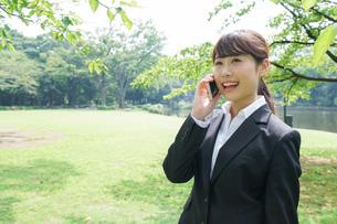 通話をするビジネスウーマン・就活生の写真素材 [FYI04658986]