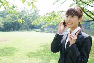 通話をするビジネスウーマン・就活生の写真素材 [FYI04658987]