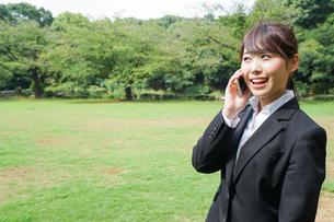 通話をするビジネスウーマン・就活生の写真素材 [FYI04658989]