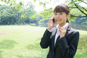 通話をするビジネスウーマン・就活生の写真素材 [FYI04658990]