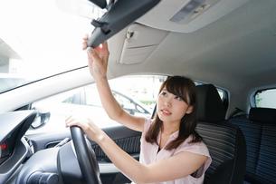 バックミラーで安全確認をするドライバーの写真素材 [FYI04659006]