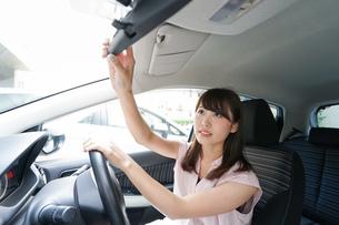 バックミラーで安全確認をするドライバーの写真素材 [FYI04659024]