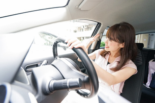 手を振る女性ドライバーの写真素材 [FYI04659057]