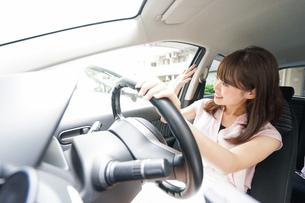 手を振る女性ドライバーの写真素材 [FYI04659058]