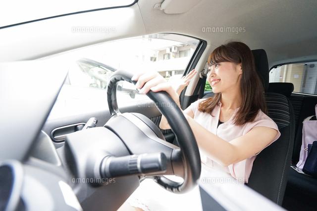 手を振る女性ドライバーの写真素材 [FYI04659059]
