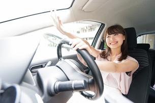 手を振る女性ドライバーの写真素材 [FYI04659061]