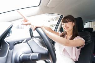 指をさす女性ドライバーの写真素材 [FYI04659062]