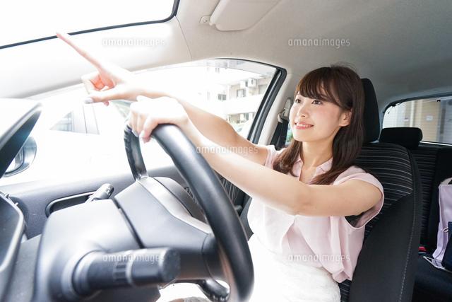 指をさす女性ドライバーの写真素材 [FYI04659064]