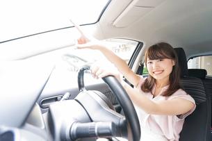 指をさす女性ドライバーの写真素材 [FYI04659065]