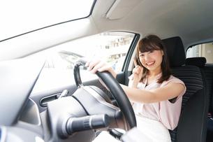 指をさす女性ドライバーの写真素材 [FYI04659067]