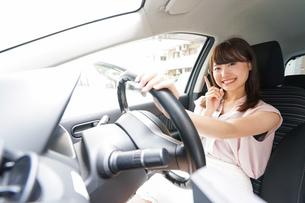 指をさす女性ドライバーの写真素材 [FYI04659072]
