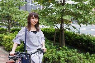 自転車を押す女性の写真素材 [FYI04659115]