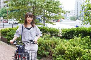 自転車を押す女性の写真素材 [FYI04659116]