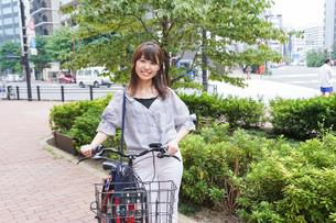 自転車を押す女性の写真素材 [FYI04659117]