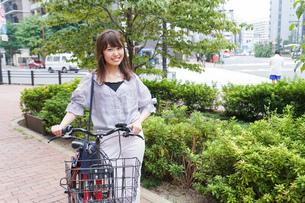 自転車を押す女性の写真素材 [FYI04659118]