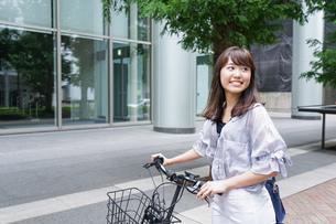 自転車を押す女性の写真素材 [FYI04659119]