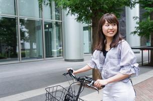 自転車を押す女性の写真素材 [FYI04659120]