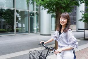 自転車を押す女性の写真素材 [FYI04659121]