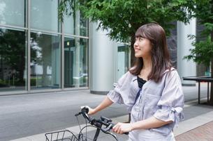 自転車を押す女性の写真素材 [FYI04659127]