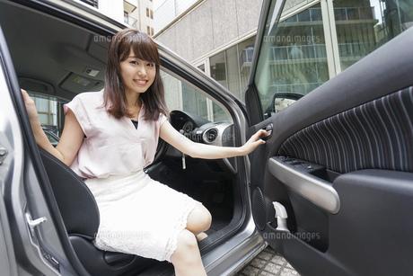 車から降りる女性の写真素材 [FYI04659142]