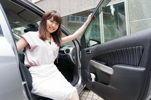 車から降りる女性の写真素材 [FYI04659149]
